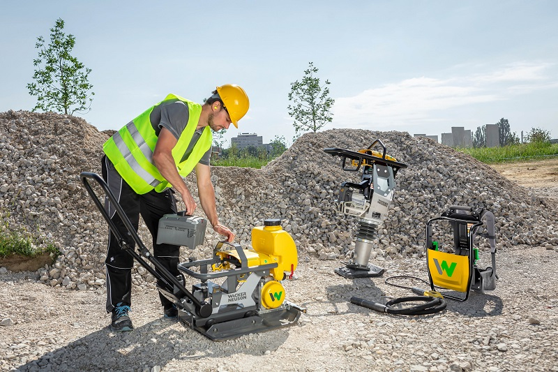 Wacker Neuson currently offers two interchangeable batteries for construction equipment with power capacities of 1 000 Wh and 1 400 Wh. Photo by Wacker Neuson