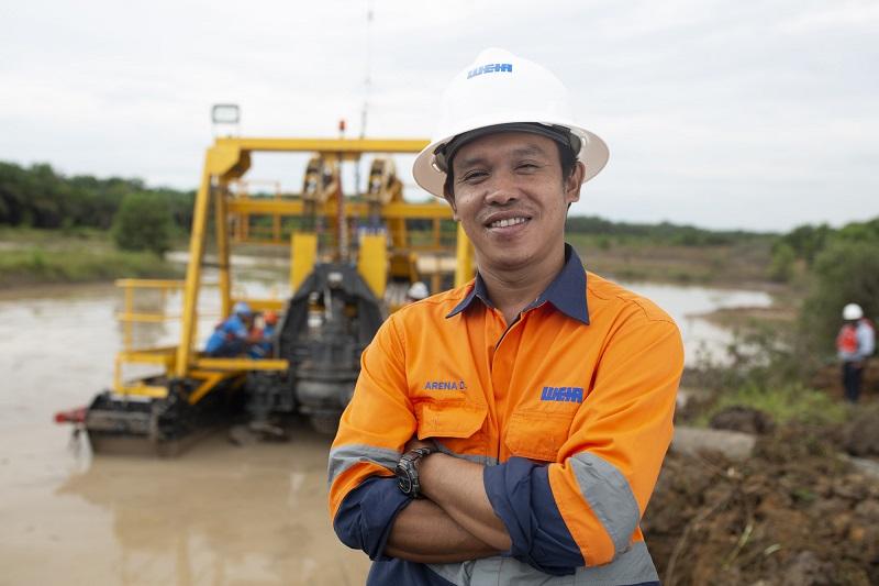 Weir Minerals engineer in site with Multiflo Mudflo pump. Photo by: Weir Minerals