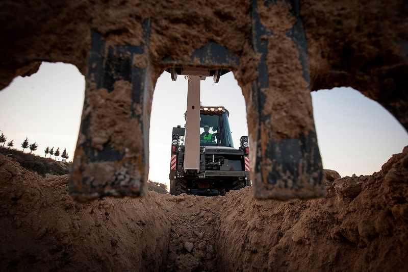 Shumani is looking to supply large equipment like excavators to the mining industry. Photo credit: Shumani Industrial Equipment